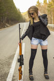 Убийца девушки ждать его жертву на дороге Стоковое Изображение RF