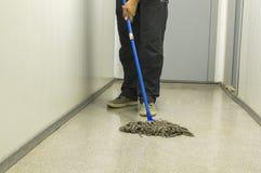 Убирать дом Чистка пола с mop Приносить заказ Очищенность стоковые изображения rf
