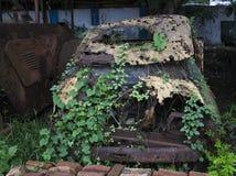 Убогий автомобиль внутри под открытым небом и получил разваленным Стоковое Изображение RF