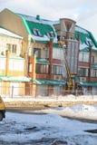 Уборка очищает снег от крыши дома Стоковые Фотографии RF