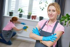 уборка Портрет уборщика женщины стоковые изображения rf