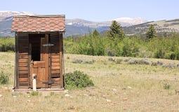 Уборная во дворе на ранчо стоковое изображение rf