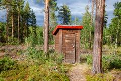 Уборная во дворе в лесе в Норвегии стоковая фотография rf