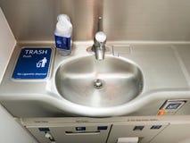 Уборный ванной комнаты перемещения двигателя самолета стоковая фотография rf