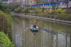Уборщики на реке qinhuai в Нанкине стоковое фото rf
