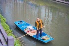 Уборщики на реке qinhuai в Нанкине стоковая фотография rf
