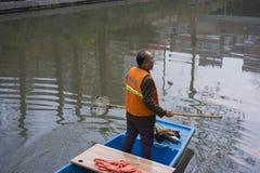 Уборщики на реке qinhuai в Нанкине стоковые фотографии rf