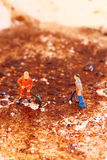 Уборщики очищая сковороду c Стоковые Изображения