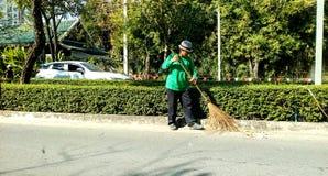 Уборщики подметали улицы, подметая листья стоковые фото
