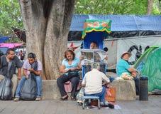 Уборщик ботинка на улице Оахака, Мексики 19-ое мая 2015 стоковые фото