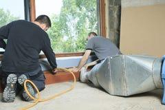 Уборщик вентиляции работая на пневматической системе Стоковые Фотографии RF