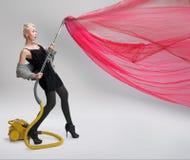 уборщик используя женщину вакуума стоковые изображения