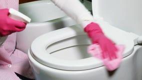 Уборщик моет туалет в доме акции видеоматериалы