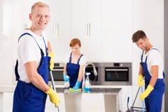 Уборщик дома с друзьями стоковое изображение rf