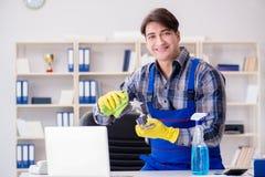 Уборщик офиса работая в офисе стоковое изображение rf