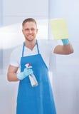Уборщик очищая форточку стекла Стоковые Фото