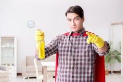 Уборщик супергероя делая домашнее хозяйство стоковое фото
