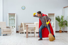 Уборщик супергероя работая дома стоковая фотография rf