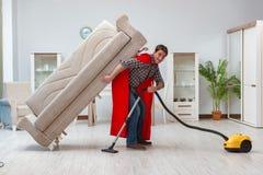 Уборщик супергероя работая дома стоковые фотографии rf