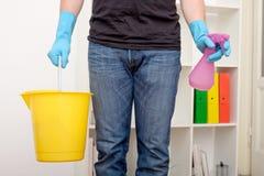 Уборщик с инструментами чистки стоковое фото