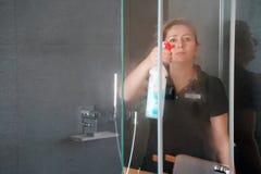 Уборщик эконома женщины в bathroom стоковые изображения