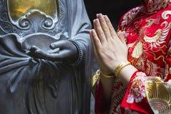 Уважение руки женщины к статуе Будды Стоковое Изображение RF