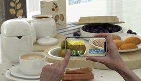 Увеличенная концепция реальности Рука держа применение AR пользы телефона цифровой таблетки умное проверить информацию калорий в  стоковые изображения rf