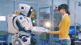 Увеличенная концепция реальности Droid кладет свои руки на руки ` женщины акции видеоматериалы
