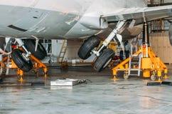 Увеличивать число оборотов при помощи зубчатой передачи шасси замедления передачи в ангаре после ремонта воздушных судн Стоковые Фотографии RF