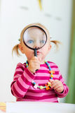 увеличитель девушки играя малыша стоковые изображения rf