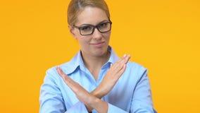 Уверенная дама дела показывая жест стопа, половую дискриминацию на работе акции видеоматериалы