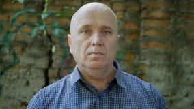 Уверенное и серьезное изображение человека смотря к камере стоковые фото