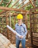 Уверенно архитектор держа светокопию в деревянном Стоковое Фото