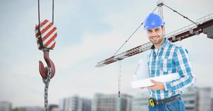 Уверенно архитектор держа светокопию краном на строительной площадке Стоковая Фотография RF