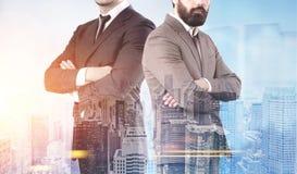 2 уверенно бизнесмена в городе утра Стоковое Изображение RF