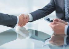2 уверенно бизнесмена тряся руки во время встречи в Стоковое Изображение