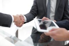 2 уверенно бизнесмена тряся руки во время встречи в Стоковые Изображения