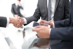 2 уверенно бизнесмена тряся руки во время встречи в Стоковая Фотография RF