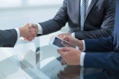 2 уверенно бизнесмена тряся руки во время встречи в Стоковое Изображение RF