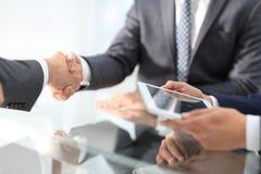 2 уверенно бизнесмена тряся руки во время встречи в Стоковые Фото