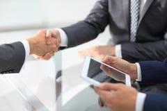 2 уверенно бизнесмена тряся руки во время встречи в Стоковое Фото