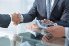 2 уверенно бизнесмена тряся руки во время встречи в Стоковая Фотография
