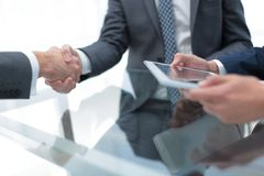 2 уверенно бизнесмена тряся руки во время встречи в Стоковое фото RF