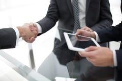 2 уверенно бизнесмена тряся руки во время встречи в Стоковые Фотографии RF