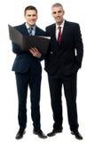 Уверенно бизнесмены представлять Стоковые Фото