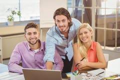 Уверенно бизнесмены работая в офисе Стоковая Фотография