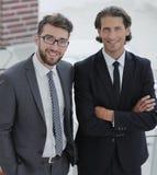 Уверенно бизнесмены стоя совместно в офисе Стоковое Изображение RF