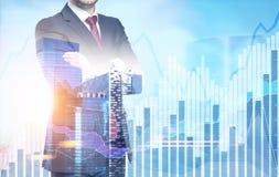 Уверенно бизнесмен в городе, диаграммы Стоковые Фотографии RF