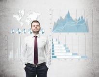Уверенно бизнесмен в красной связи и голубые и белые диаграммы на co Стоковое Изображение RF