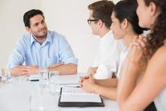 Уверенно бизнесмен обсуждая в встрече Стоковое Фото